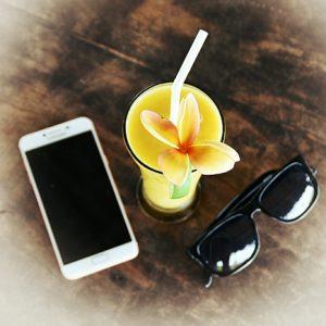 smartphone-glasses-table
