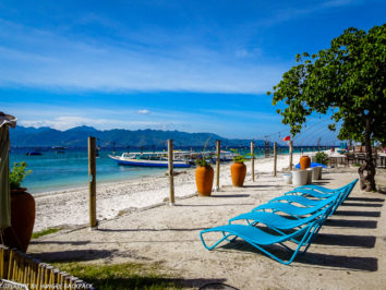 Gili Trawangan on year after earthquake_beach promenade with sun loungers