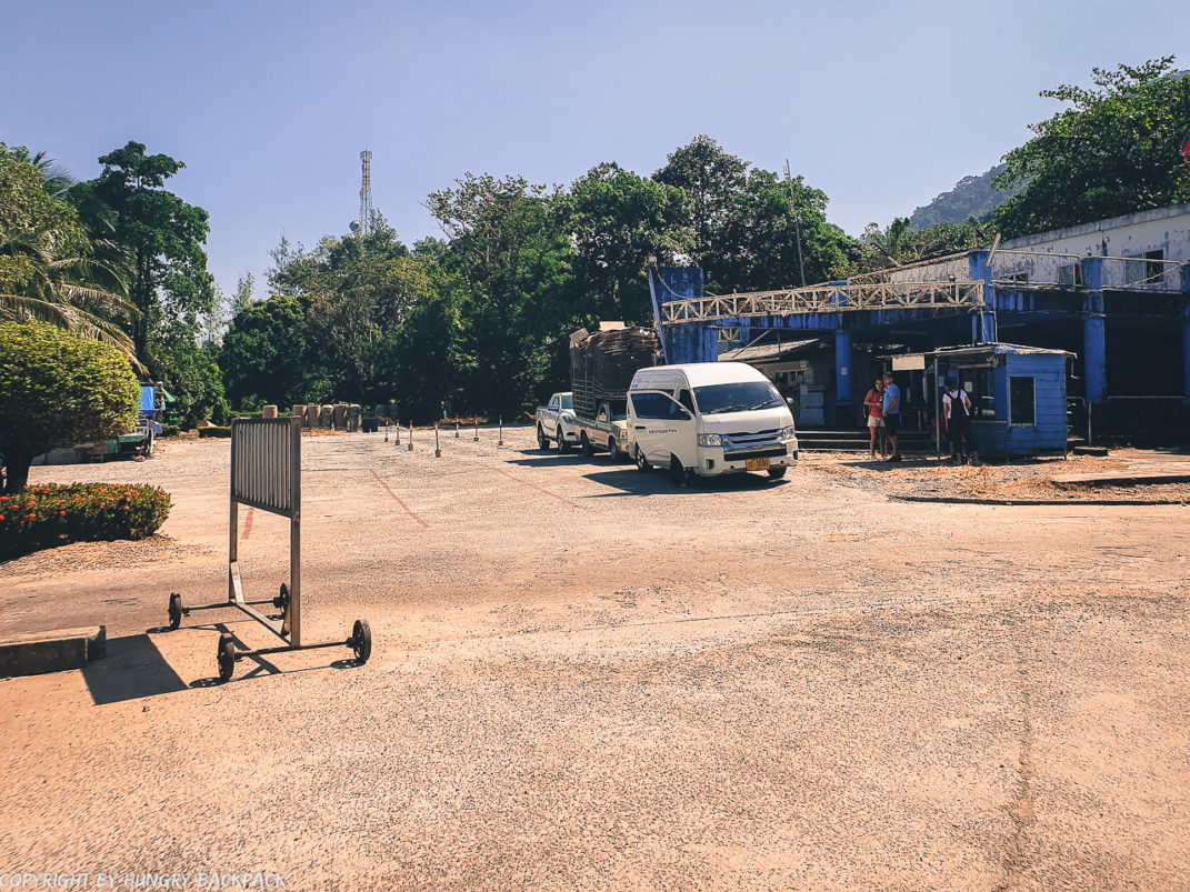 Minivans waiting for ferry_Centerpoint Pier Koh Chang_local agent